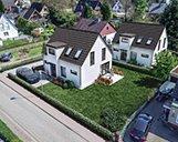 Luftbild einer 3D-Visualisierung zweier Wohnimmobilien mit Garten