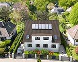 Nahaufnahme der Vorderseite einer 3D-Visualisierung eines Doppelhauses mit Garten