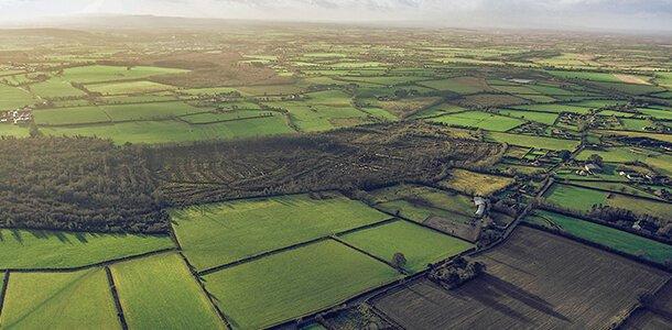 Luftaufnahme von Feldern, Äckern und Wiesen
