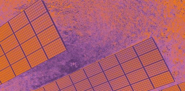 Thermographische Luftaufnahme einer Solaranlage