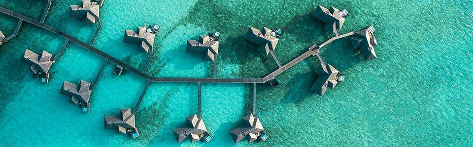 Marketingaufnahme von einem Hotel in den Tropen mit einer Drohne