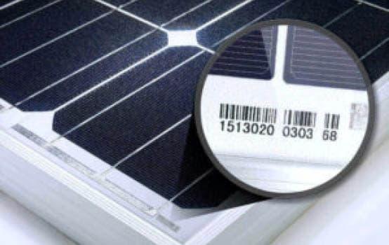 Solarpanel mit Zoom auf Seriennummer mit Barcode