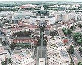 Luftaufnahme der Straße des Einkaufszentrums Espace St Quentin in Paris