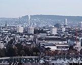 Drohnenaufnahme der Skyline von Zürich mit Points of Interest