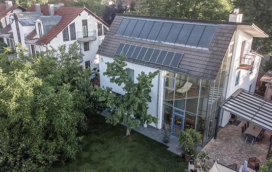 Luftbild einer großen Wohnimmobilie mit Terrasse und Garten