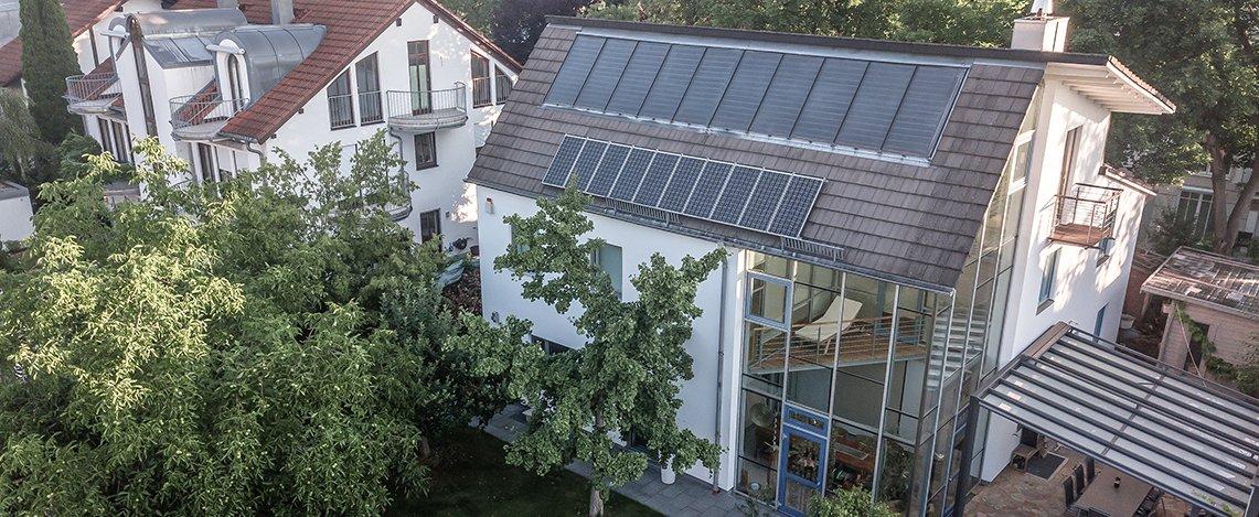 Luftaufnahme einer luxuriösen Wohnimmobilie mit Garten und Terrasse