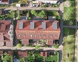 Luftaufnahme einer Wohnimmobilie mit rotem Dach aus der Vogelperspektive
