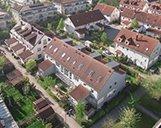 Drohnenaufnahme einer Wohnsiedlung mit mehreren Mehrfamilienhäusern