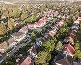 Luftaufnahme eines Wohnortes mit mehreren Mehrfamilienhäusern