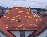 Luftaufnahme mit allen analysierten und dargestellten Schäden an einem Hausdach