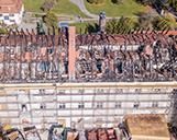 Luftaufnahme von einem Brandschaden aus der Entfernung