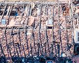 Drohnenaufnahme von einem abgebrannten Dach von oben