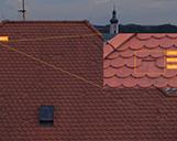 Detaillierte Schadensidentifikation von einem Dachschaden an einem Hausdach mit Nahaufnahme von einem gebrochenen Ziegel
