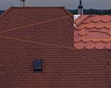 Detailansicht auf einen erkannten Schaden an einem Hausdach aus der Vogelperspektive